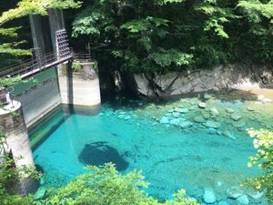 ユーシン渓谷は神奈川にある渓谷です。日によって色の見え方が異なる、通称「ユーシンブルー」と呼ばれる美しい青い水。紅葉の名所でもあるのですが、それほど観光地化が進...