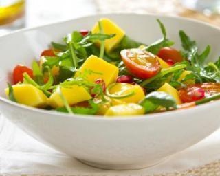 Salade sucrée-salée de mangue au concombre et tomate : http://www.fourchette-et-bikini.fr/recettes/recettes-minceur/salade-sucree-salee-de-mangue-au-concombre-et-tomate.html