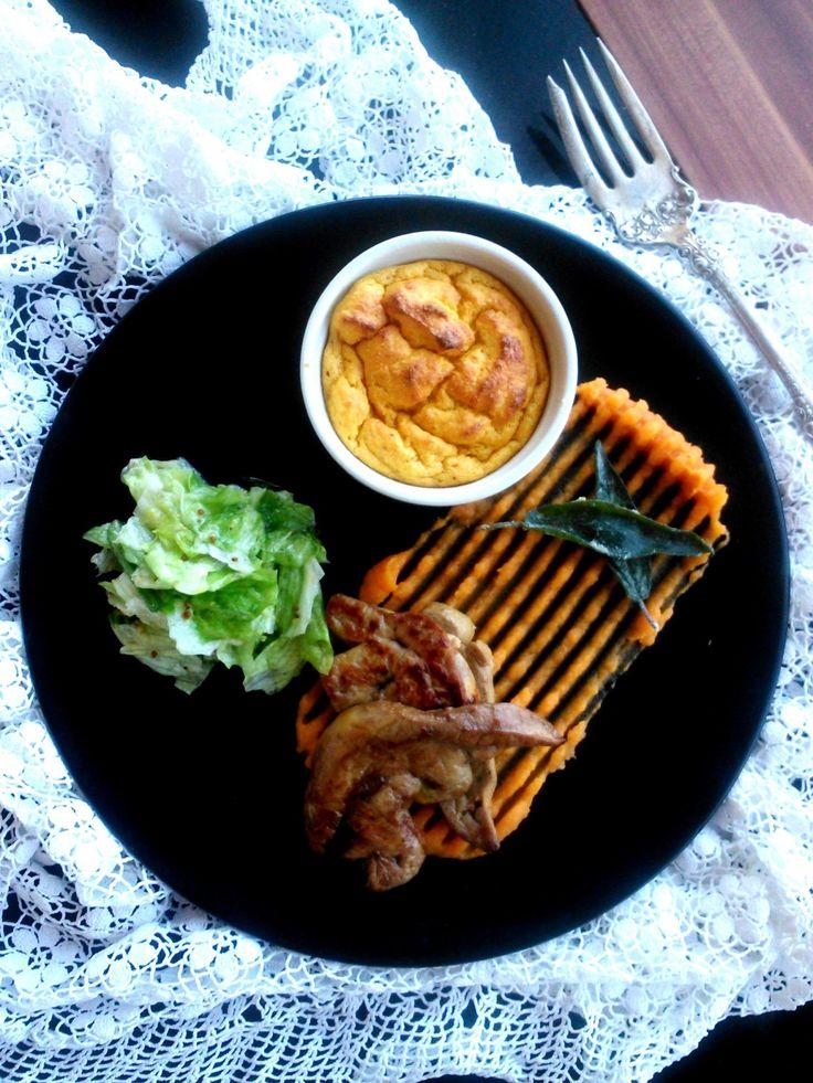 Sült kacsamáj barnavajas édesburgonya-pürével, zöldségfelfújttal és zöldsalátával - Duck liver with cheese soufflé, mashed sweet potato and green salad