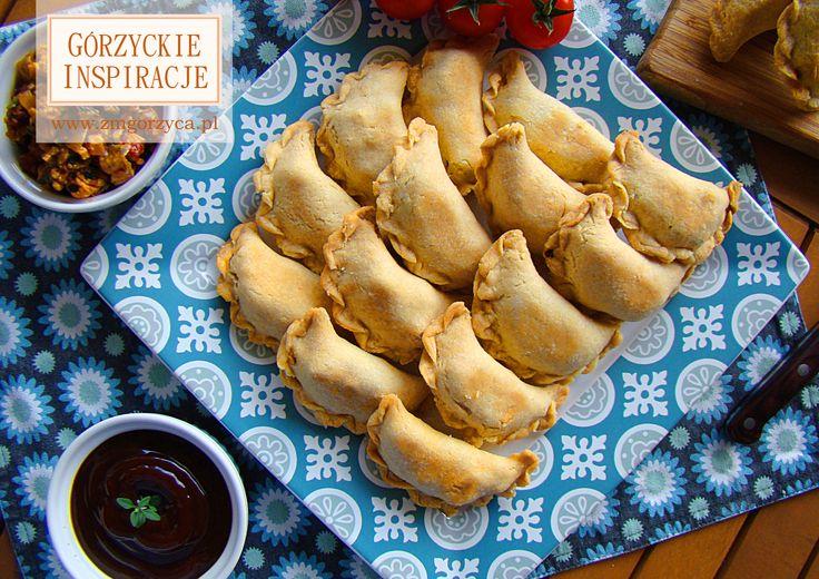 Wspaniałe danie piknikowe, czy do pracy - empanadas, czyli pierożki z kruchego ciasta z farszem z siekanego mięsa z indyka z dodatkiem boczku szlacheckiego, natki pietruszki, pieczarek, cebuli i marynowanych papryczek chili http://www.zmgorzyca.pl/index.php/pl/kulinarny/lunch/313-empanadas-5