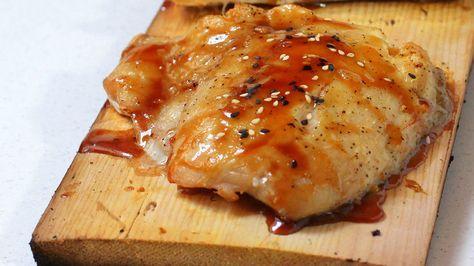 Disfruta del comienzo del verano y prepara un delicioso pescado a la parrilla: disfruta del sabor ahumado que le dan las tablas de cedro al cocinarlo sobre ellas. La cocción es bastante rápida y, como resultado, el pescado queda con ese único sabor a leña que le da el cedro. Para esta receta utilicé filete de chillo o pargo, pero puedes usar salmón, rodaballo o mahi mahi. Te recomiendo estos pescados porque suelen venderlos con piel, pero también puedes preparar camarones crudos, vieras o…