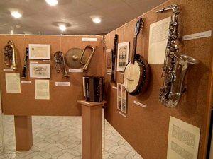 Magyar népi hangszerek és a magyarországi hangszergyártás tárgyi emlékei.