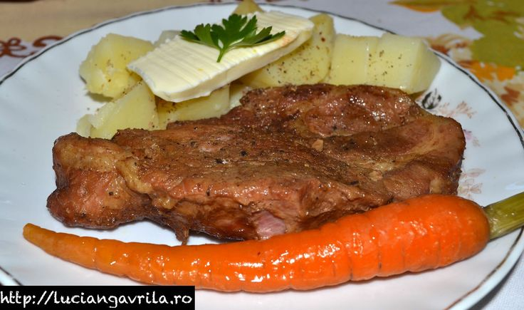 Ceafă de porc la tavă (în bere brună), cu cartofi natur și morcovi înnăbușiți