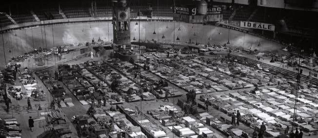 photo de la rafle du vélodrome d'hiver. Photo datant de 1945 de prisonniers après leur libération au Vélodrome d'Hiver juste avan la deportation ver les camps de mort nazis. Sur 320 000 juif qui viver en france seul 2 500 en survécu.Y-C