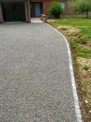 Allées en dalles stabilisatrices de graviers et bordure de pavés granit