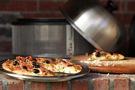 Zelfgemaakte pizza op de Cobb barbecue. Met behulp van de Cobb bakplaat bak je in een handomdraai je eigen pizza. Handig voor op de camping of de boot (of als je thuis geen oven hebt).