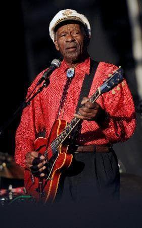2008年8月、米ボルティモアでのイベントで演奏するチャック・ベリー氏(ロイター=共同) 【ニューヨーク共同】「ロックンロールの父」と呼ばれた米ロック音楽界の伝説的なギタリストで歌手のチャック・ベリー氏が18日、米ミズーリ州で死去した。90...