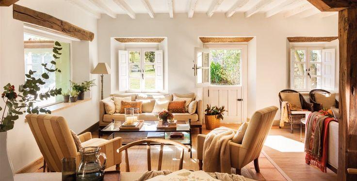 En lugar de una casa oscura de madera, la propietaria apostó por paredes y vigas blancas, sin perder la esencia de pueblo
