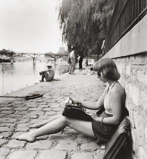 (Paris 1947)   Robert Doisneau. Delanoë, est un plagieur plagiste...n' a rien inventé! Pourquoi du sable, hein?