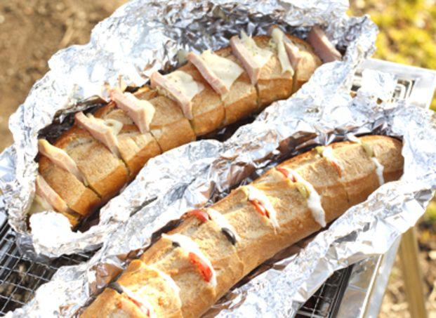 残った肉やチーズ、サラダなどをフランスパンにはさんで、ホットサンドに。フランスパン1本まるごと使うだけでインパクト大。