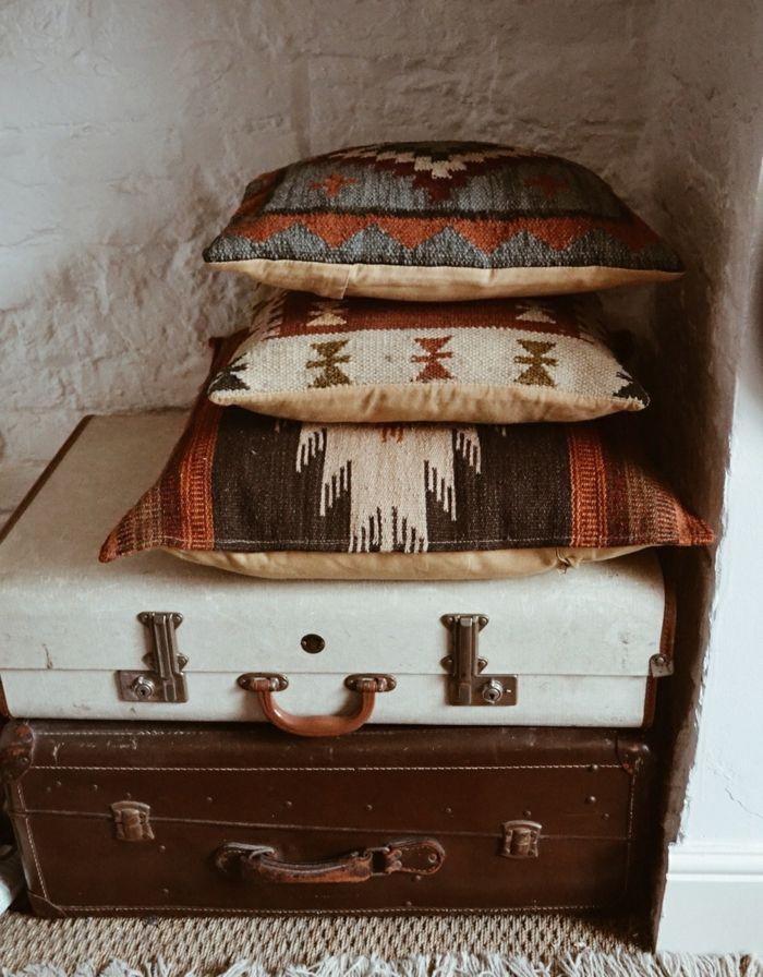 chambre hippie, coffres, tapis avec franges, coussins décoratifs