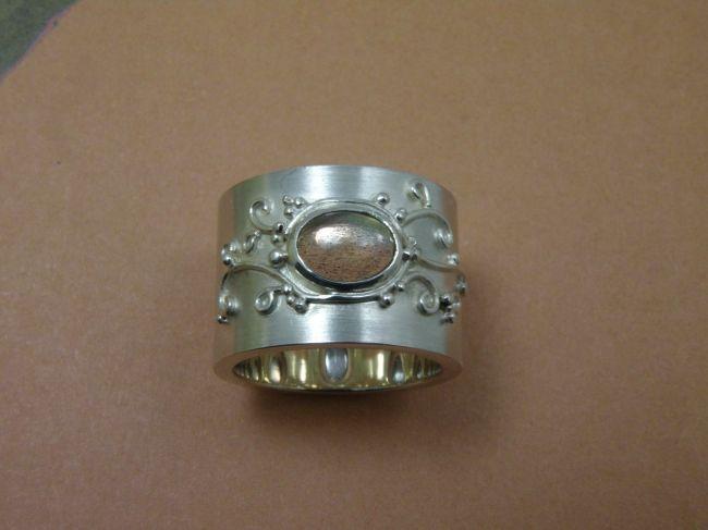* gemstones and pearls | oogst-sieraden * Ring * Brede zilveren band met verfijnd filigrain en ovaal cabochon geslepen labradoriet * Maatwerk *