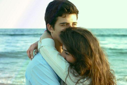 Alasan Wanita, Pelukan Lebih Dibutuhkan daripada Ciuman