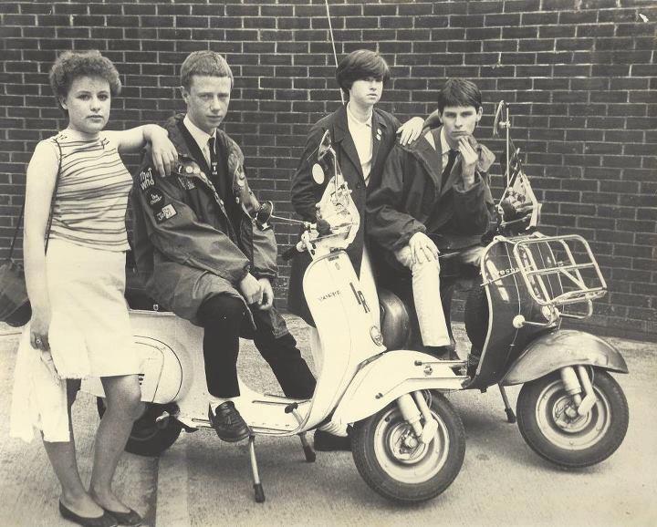 Mod's - da palavra modernism, trocavam o casaco de couro dos Rockers por impermeáveis, e as motos por vespas e lambretas. Com influências do jazz e dos teddy Boy's