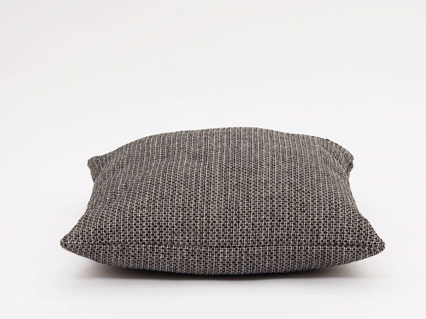Handgemaakt kussen in een mooie grove grijs gemêleerde stof. Heeft lekker veel structuur aan het geheel en is eindeloos te combineren.