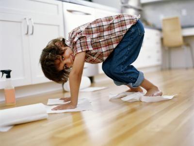 ¿Cómo quitar las rayas de un piso pulido con Bona?   eHow en Español
