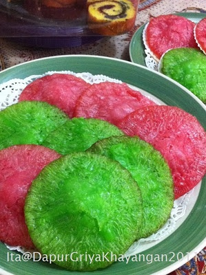 One of my favorite of Indonesian kueh and cake. KUE CUCUR! :)) this kueh very unique because crisp on the edges and soft in the middle. Kue cucur cooked by frying a little greasy. Kue cucur made from rice flour and can be colored according to taste.