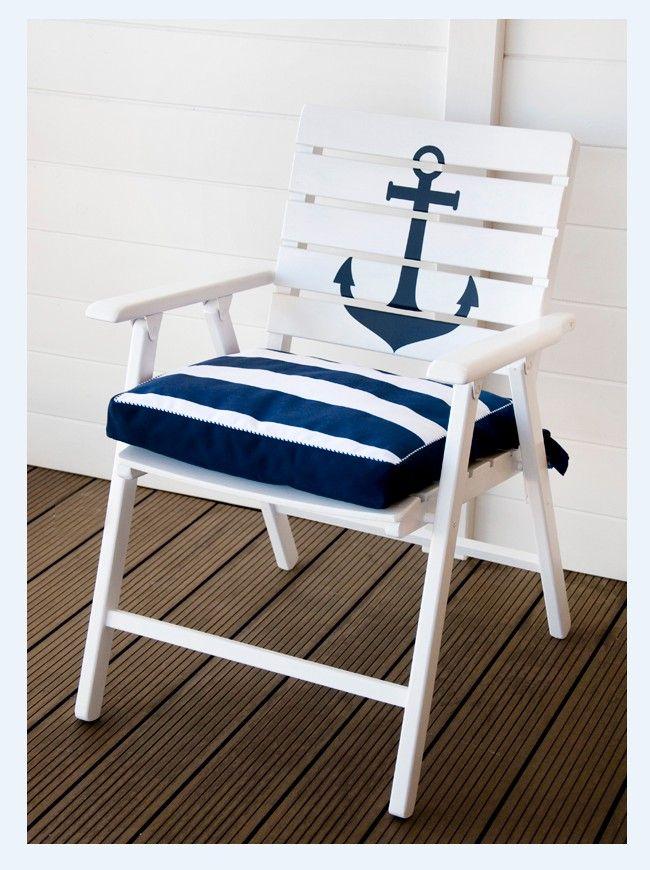 Krzesło, fotel tarasowy z kotwica oraz ozdobną poduszką