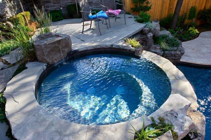 Whirlpool in einem kleinen Hinterhof