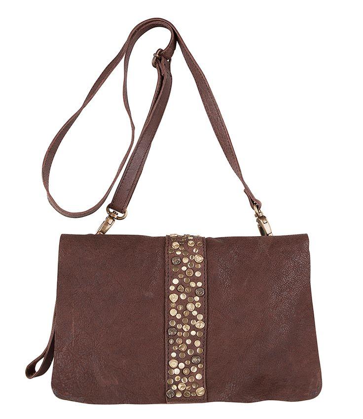 Een stoere clutch die ook als kleinere schoudertas te gebruiken is. De Bag Greenock is gemaakt van stevig leder en afgewerkt met een streep met meerkleurige studs aan de voorzijde. De tas sluit achter de flap met een magnetische drukknoop. De binnenzijde heeft een ritsvakje en een vakje voor je smartphone. Bij de tas wordt een langer hengsel geleverd zodat je de tas ook crossover kunt dragen! (De kleur kan iets afwijken van de foto, vanwege de vintage-uitstraling van het leer)