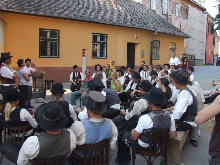 In fiecare an zeci de tinere calfe din Europa vin la Sibiu pentru a se initia in…