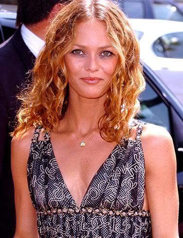 Vanessa Paradis avec une cascade de cheveux blonds ondulés #coiffure #hair #vanessaparadis