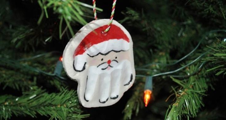 Maak een handafdruk in gips en maak hier een kerstmannetje van die je bijvoorbeeld in de #kerstboom kunt hangen! Ook leuk als raamdecoratie. #knutselen #kerst