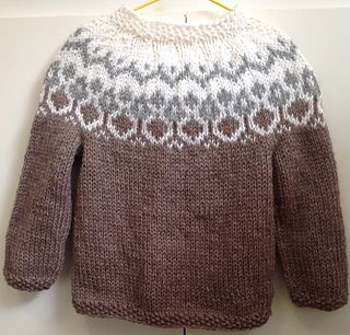 Alva is an icelandic inspired sweater knitted with the icelandic yarn Alafoss Lopi. It only comes in size 3 years for now, but I might add other sizes later.