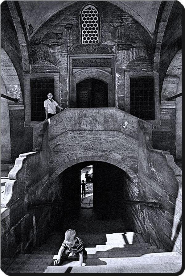 Sokullu Mehmet Paşa Camii / Kadırga - 1970 Ara Güler) 1571 yılında Mimar Sinan tarafından yapıldı