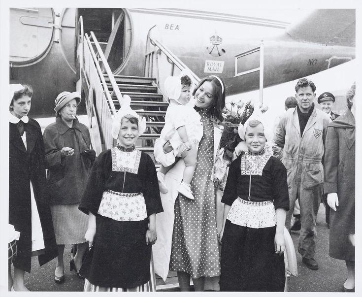 Filmster Eva Bartok met dochterje begroet door 2 meisjes in Volendammer kostuum. 1958 #NoordHolland #Volendam
