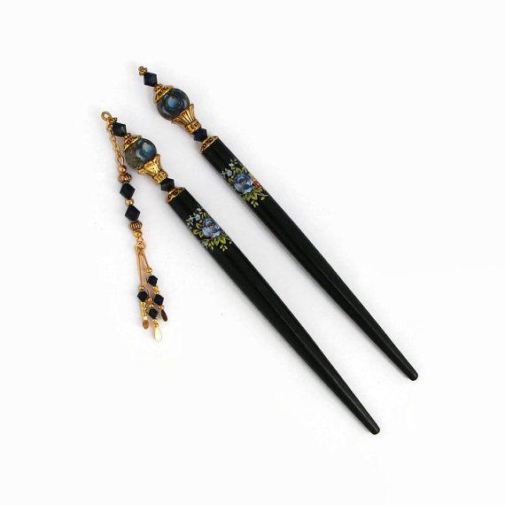 Sœurs belle paire de cheveux roses bleues japonais colle avec cristaux de Swarovski et des accents dor riches. Un pic à cheveux dans un style traditionnel et les un cheveux bâton avec un charme balancent. HairJems cheveux bâtons dans des ensembles de deux pour vos chignons cheveux longs fabuleux. Une paire de baguettes conçu pour vous donner une polyvalence lors de style à vos cheveux. Porter un ou des deux, selon votre humeur ou selon la coiffure que vous avez choisi.  Cette élégante paire…
