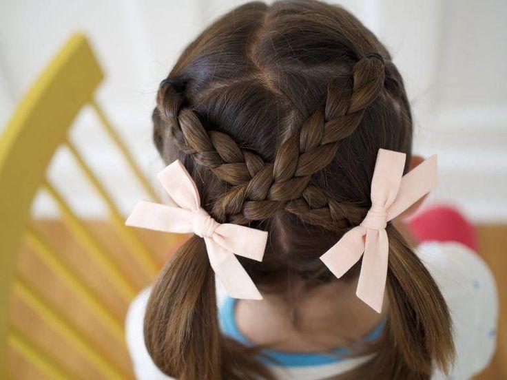 Petite fille Updo Coiffures   Coiffure rapide et facile ... #EasyHairstyles Coiffures pour petites filles   Coiffures rapides et faciles pour les enfants   Mignons simples cheveux ...