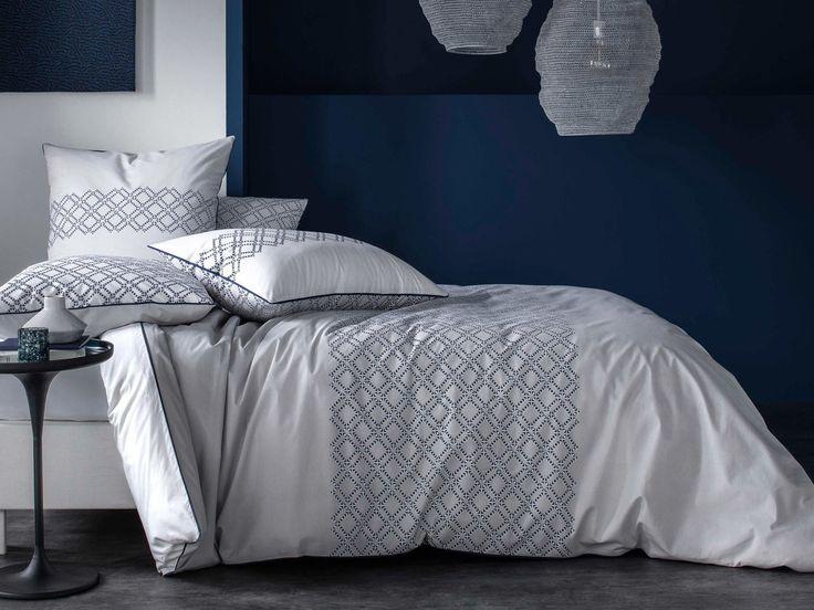 Vous allez adorer cette housse de couette 100% percale de coton aux motifs ethniques bleus et blancs. Parfaite pour vous tenir chaud durant les nuits fraîches, elle n'oublie pas d'être pratique grâce à sa matière facilement repassable.
