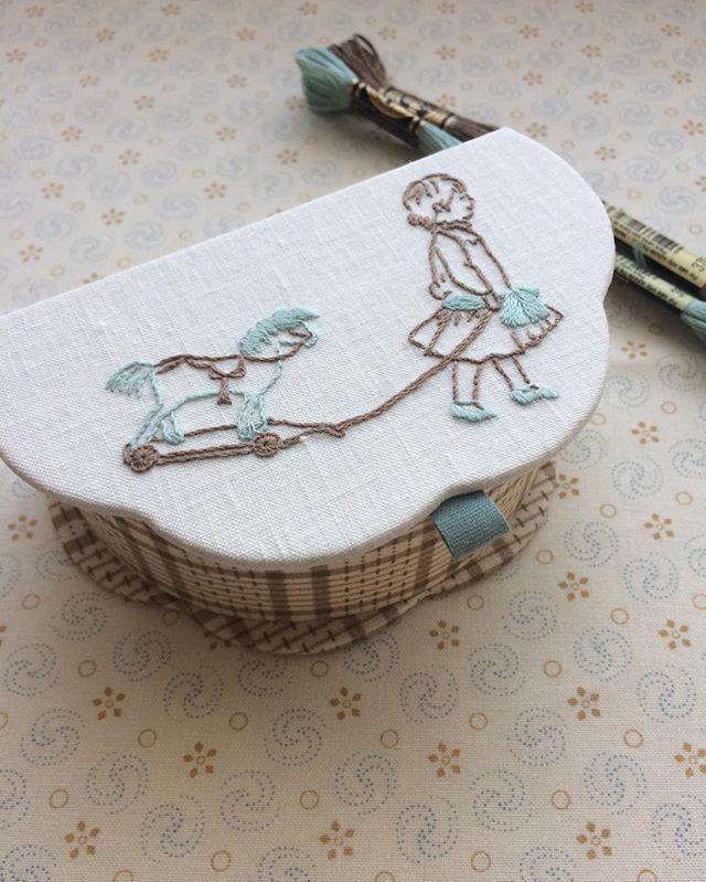 おはようございます☀ 朝晩の気温差に何着ればいいのか悩みますね。 . Jeu de filsのプロジェクトバンドル(色合わせを考えられた生地、刺繍糸、リボン、図案のセット)で内田富子先生の新刊からもくもくの箱を作りました。 . 自分では選ばないかもしれないこのバスケット風のチェックが何ともいい味❤︎ . #jeudefils #embroidery #刺繍 #cartonnage #カルトナージュ