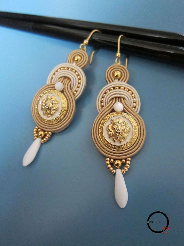 Omaggio a Versace. Orecchini soutache bianco e beige con bottoni vintage, perline rocailles, perle in madreperla e daga in vetro finale. Design Giada Zampar -Opificio77-