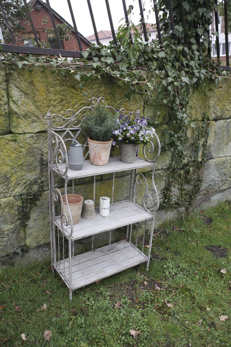 Ez a rusztikus, antik, fém állvány virágtartóként, illetve polcként egyaránt használható a lakásban, illetve a kertben. Antik fém kialakítása miatt masszív, és jól terhelhető. Elegáns darab, önmagában vagy szett részeként is különleges hangulatot teremt környezetébe, legyen az virágoskert, terasz, vagy a nappali egyik sarka.
