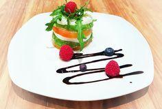Timbal de tomate,aguacate y mozzarella. Te presentamos recetas fáciles para que no tengas excusas para preparar una cena romántica y puedas sorprender a tu Lover con este timbal de verduras. #Loverspack #recetascenaromantica #recetasfaciles #recetasrapidas #recetasalmon #cenaromantica #recetasentrantes #aguacate #verduras #timbal #recetasverano