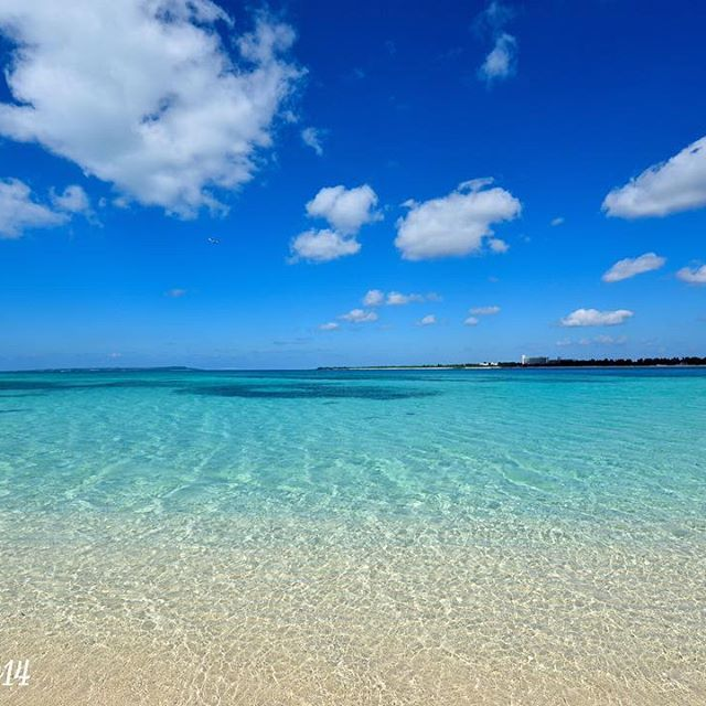 【masatoooo14】さんのInstagramをピンしています。 《1番好きな場所の来間ブルー!! このブルーはなんとも言えないほどキレイです(^^) まだ海に入ってる方もいて、12月近いとは思えない宮古島↑ すごい小さいですが、たまたま飛行機も映ってました♪笑 #沖縄 #宮古島 #来間島 #空 #雲 #海 #砂浜 #宮古ブルー #来間ブルー #遠くに伊良部島 #飛行機 #散歩 #一眼レフ》