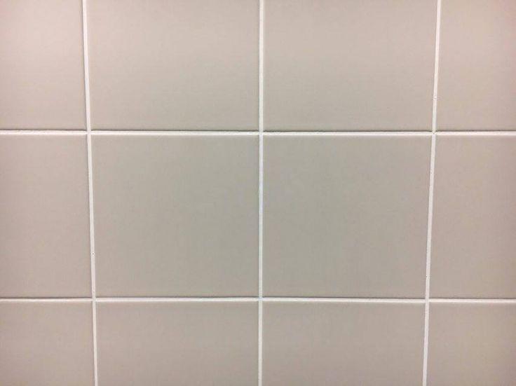 Vlak. Gladde tegels die samen een muur vormen.