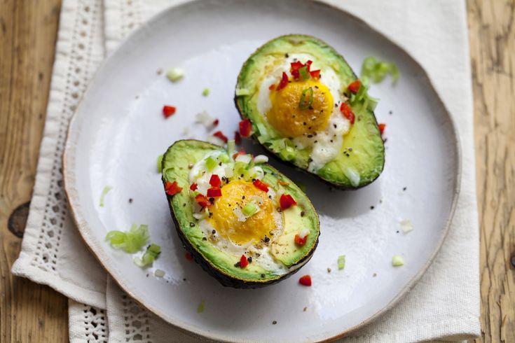 Полезный завтрак: запеченное яйцо в авокадо
