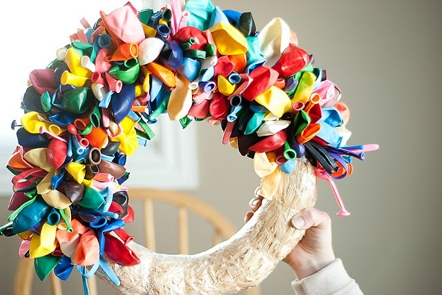Balloon wreath, love the curling ribbon idea too