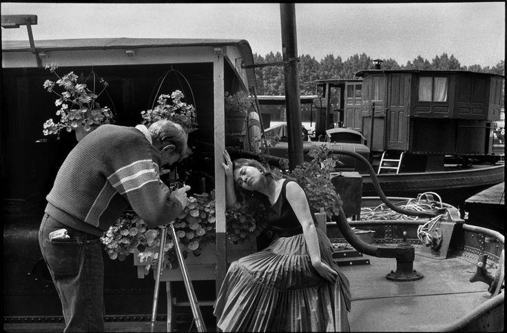 As part of the Mois de la Photo du Grand Paris, the exhibition Au fil de la Seine, de Paris à Mantes (Along the Seine, from Paris to Mantes) is putting side by side about twenty Henri Cartier-Bresson photos from the 1950s and a requested project from the l'Hôtel-Dieu in Mantes-la-Jolie asked of Ambroise Tézenas.