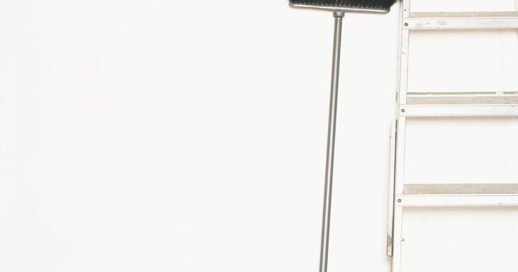 ¿Qué es el satinado?. El brillo de la pintura es tan importante como el color, ya que ayuda a dictar la cantidad de luz que se refleja en la superficie pintada. Hay cinco resultados principales disponibles: liso, semimate, satinado, brillante y alto brillo. La pintura satinada refleja más luz que el acabado mate o satinado, pero no es tan brillante como un acabado de ...
