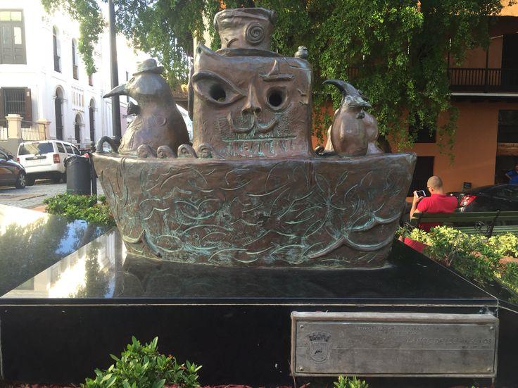 Calle del Cristo, obra La Nave de los pingüinos. En la placa se encuentra el escudo del país que cumple con las características de escudo oficial. Hora: 5:13 p.m. Fecha: 7/10/15