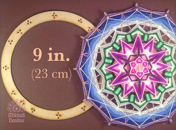 Aparato universal para 6, 8-, Asamblea de mandalas de 12 puntas y así los mandalas tibetanos. Perfecto para palos largo fino 10-14 pulgadas (25-35 cm). Tamaño: 9 pulgadas (23 cm) diámetro Materiales: * 6 m m madera contrachapada, * 12 corbatas durables fijación. Busque tutoriales en mi canal: https://www.youtube.com/channel/UCDKeNGuMjnT8fz9Jw27opdw Control para el círculo más grande - 11 pulgadas (27cm) diámetro y más de mis mandalas tejidos a mano: https://w...