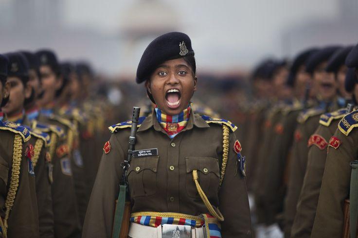 En indisk offiser roper ut under en øvelse til Republic Day-paraden som skal gå foran presidentpalasset i New Dehli den 26. januar.