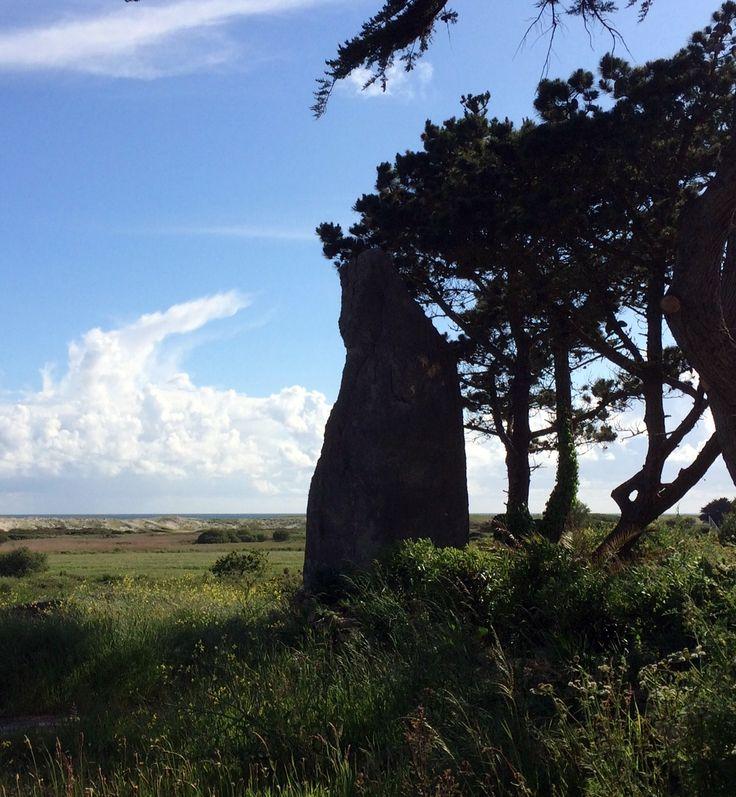 Menhir du Reun, avec vue sur mer, à Treffiagat