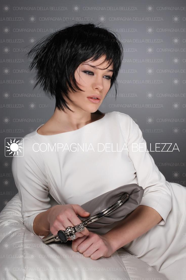 Louise. Joyà Color Cuor di Liquirizia by Compagnia della Bellezza. Il più nuovo dei bob parte dai #carrè anni '20 e arriva a questa versione, lucida, vinilica, futuribile. short #black #hairstyle