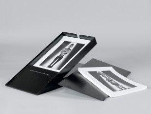 44 Mario Carrieri Portfolio der Sammlung Galaverni   49 Sculture Africane della Collezione Alberto Galaverni fotografate da Mario Carrieri (1978).  Erschienen in einer Auflage von 20 Stück. Exemplar 8/20. in eigens angefertigter Holz-Kassette (57 x 28 x 30 cm)  85 lose Seiten, im Format 27,5 x 36,7 cm, darunter 49 nummerierte und signierte Papierabzüge von 49 traditionellen Kunstwerken aus Afrika.