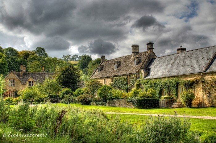 Cotswold, England cottage picture.    The picture can be found on http://technosyncratic.com/2011/09/22/the-cotswolds-photos/.